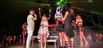 Тита отпразнува 18-ия си рожден ден в Bedroom Beach