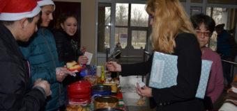 """Ученици от ПГАВТ """"А.С. Попов"""" с благотворителен базар в помощ на болно дете"""